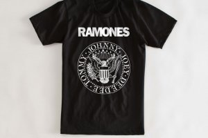 32 300x200 - As 18 camisetas icônicas de todos os tempos